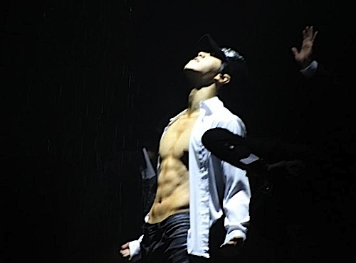 Lee Seung Gi in Concert shows off his body